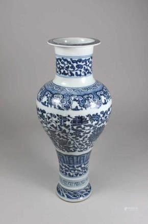 Vase, China, Balusterförmiger Körper, Blumendekor blau-weiß unterglasur, am Boden blaue Qianlong