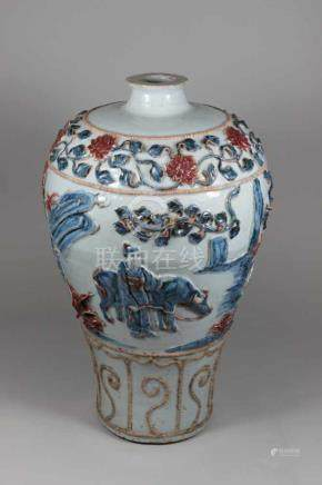 Meiping Vase, 19. Jh.(?), Keramik, polychrom staffierte Landschaftsszenen in Reliefdarstellung,
