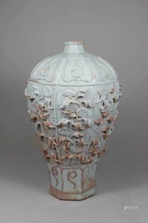 Meiping Vase, Keramik, mehrheitlich weiß glasiert Reliefdekor mit Blumenmotiv, H.: 35 cm.