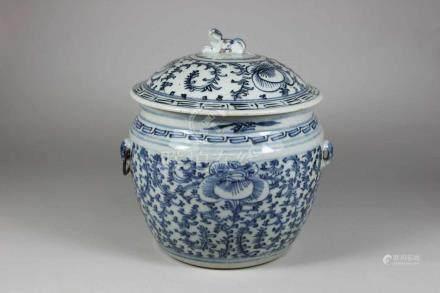 Deckelgefäß, China, 20. Jh., blau-weiß, florales Dekor, mit Vorkehrung für Handhaben, H.: 23 cm.