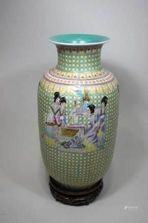 Vase, China, Anfang 20. Jh., figürliche Darstellung umgeben von türkis-gelben Ornament, blaue