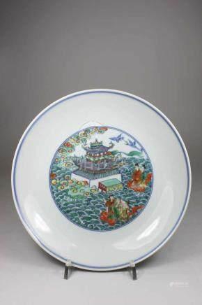Teller, China, Spiegel und Wende blau weiß unter Glasur mit polychromer Kolorierung, am Boden