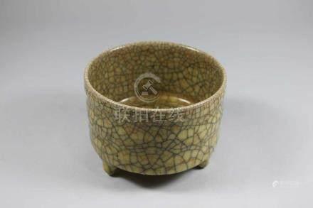 Runde Fußschale, asiatisch, Keramik, beige Glasur mit schwarz-roter Craquele, drei Füße, D.: 11,5