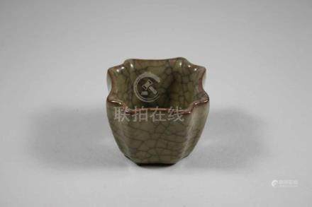 Kleines Schälchen, Keramik, quadratisch mit nach innen gedrückten Ecken, beige Glasur mit