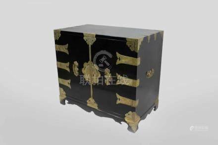 kl. Schrank, China um 1900, Lack, schwarz mit ziselierten Messingbeschlägen, H.: 67 cm, B.: 75,5 cm,