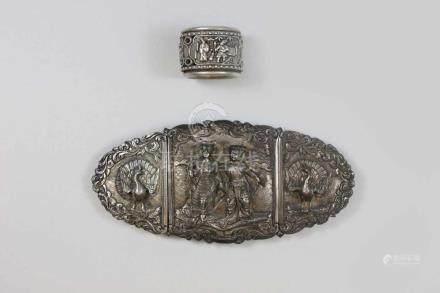Konvolut Silber, China, Ring, beweglich gearbeitet mit 3 Szenen aus dem Alltag, Gürtelschnalle,