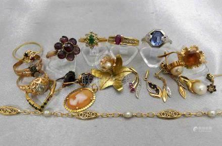 Un lot de bijoux en or 750 millièmes, ornés de pierres précieuses ou fantaisi