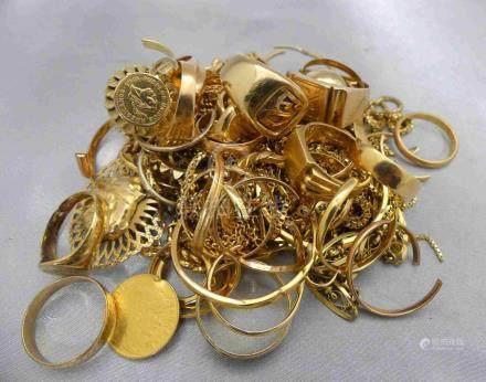 [RP]  Un lot de bijoux en or 750 millièmes, en bris.Poids 294 g.Lieu de dépôt