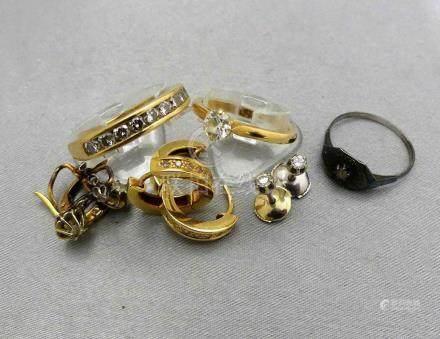 Un lot de bijoux en or 750 millièmes, ornés de diamants.Poids brut 17,70 g.L
