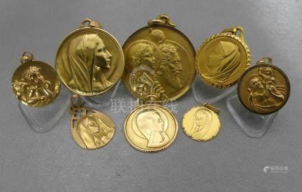 Un lot de médailles en or jaune 750 millièmes, exemptes de gravure.Poids 29,