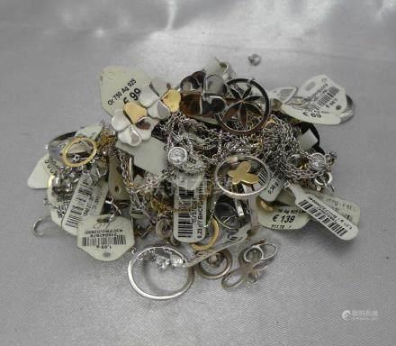 Un lot de petits bijoux en argent 925 millièmes et en or 375 ou 750 millième