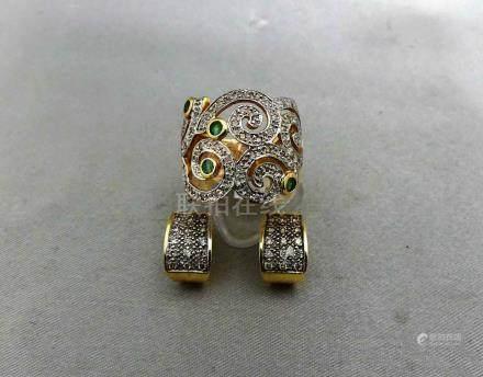 Un lot en or jaune 750 millièmes, composé d'une paire de boucles d'oreille,
