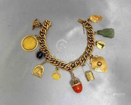 Un bracelet en or jaune 750 millièmes à double maille gourmette, agrémenté d