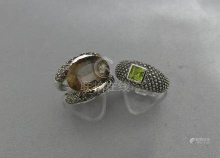 Deux bagues en or gris 750 millièmes, l'une ornée d'un quartz brun entre deu