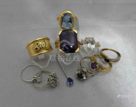 Un lot de bagues et de pendentifs en or, 750 millièmes, serties de pierres p