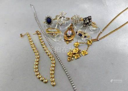 Un lot de bijoux, certains anciens, en or 750 millièmes, l'un serti sur argen