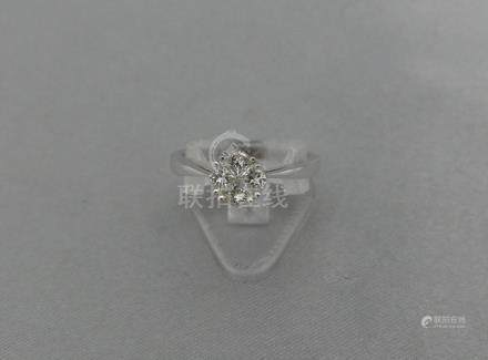 Une bague en or gris 750 millièmes, sertie de quatre diamants poires, en sert