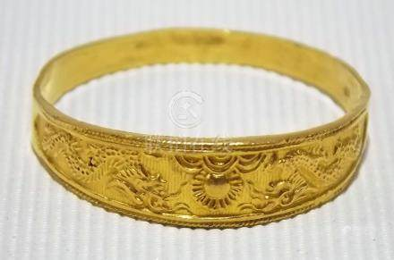Chinese high purity gold ring cast and engraved with twin coiled dragons and the flaming pearl,