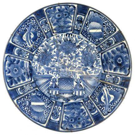 A CHINESE BLUE AND WHITE DISH, QING DYNASTY, KANGXI PERIOD, in Kraak style painted with three
