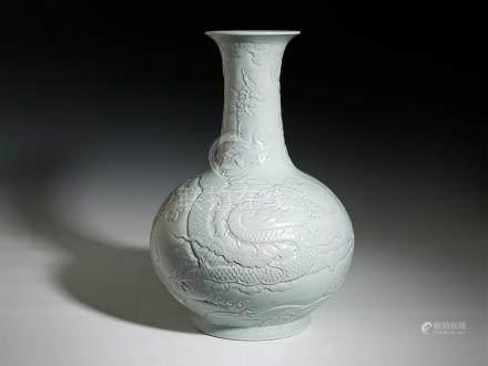 乾隆 白釉刻雲龍紋天球瓶