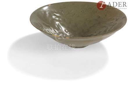 CHINE, Fours de Yaozhou - Époque SONG (960 - 1279) Bol en grès émaillé céladon craquelé à motif