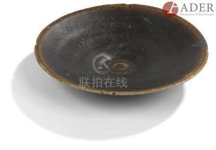 CHINE, Fours de Jian - Époque SONG (960 - 1279) Coupe plate émaillée noir et brun à motif fourrure