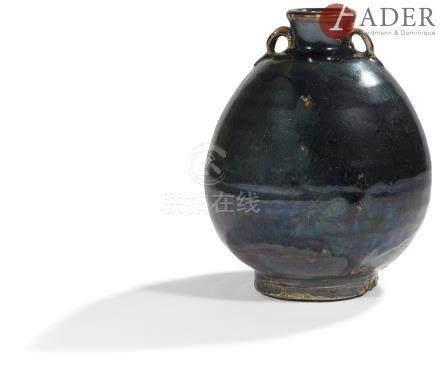 JAPON - Milieu Époque EDO (1603 - 1868) Pot ovoïde à deux petites anses striées en grès émaillé brun