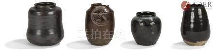 JAPON - Époque EDO (1603 - 1868) Ensemble de quatre chaïre en grès : - noir émaillé noir et blanc