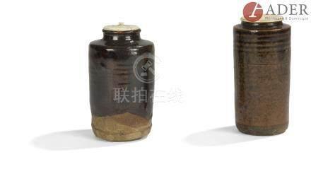 JAPON - XIXe siècle Deux chaïre, l'un de forme cylindrique en grès brun émaillé brun et noir à décor