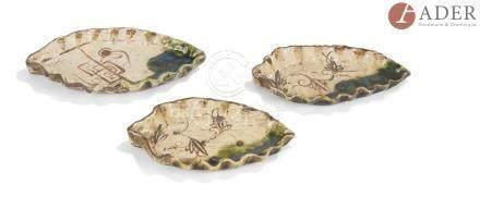 JAPON, Fours d'Oribe - XIXe siècle Trois coupes en forme de feuilles. (Égrenures). Larg. : 18 cm ;