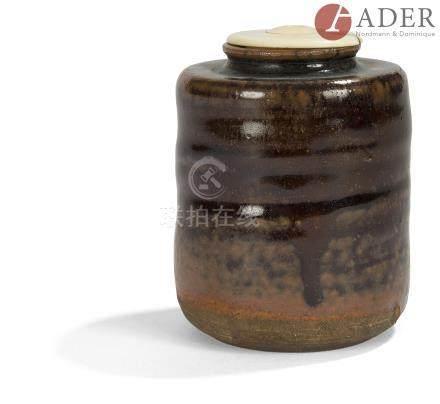 JAPON - XIXe siècle Chaïre cylindrique légèrement balustre en grès brun émaillé brun roux. H. : 7,