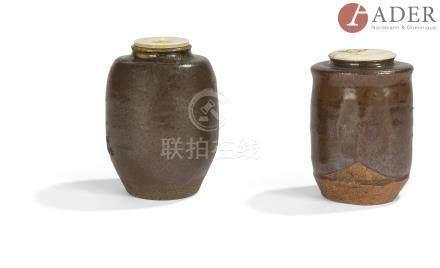 JAPON - XIXe siècle Deux chaïre, l'un cylindrique facetté en grès brun émaillé brun, l'autre de
