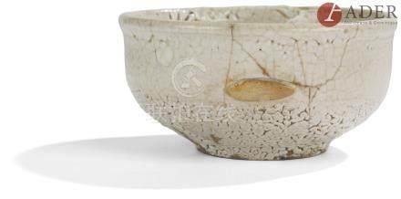 JAPON - Époque MEIJI (1868 - 1912) Bol grès émaillé blanc craquelé, le fond apparaissant en réserve.
