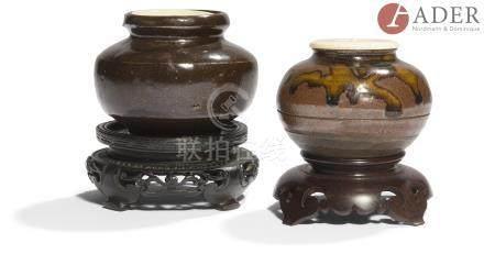 JAPON - Époque MEIJI (1868 - 1912) Deux chaïre, l'un de forme ronde en grès émaillé brun et coulures