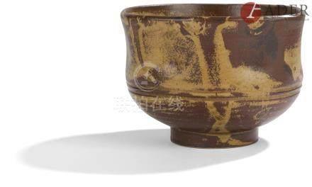 JAPON - Époque SHOWA (1926 - 1945) Chawan irrégulier en grès émaillé brun et fauve. Diam. : 12 cm