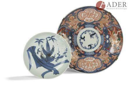 JAPON, Imari - XXe siècle Grand plat rond en porcelaine à décor en bleu sous couverte, rouge de