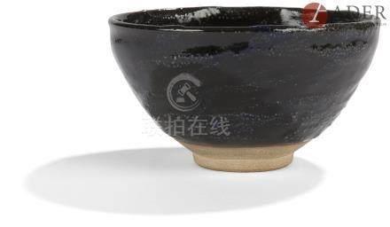 JAPON - XXe siècle Bol en grès rose émaillé noir. Diam. : 12,6 cm