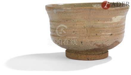 JAPON - XXe siècle Bol en grès rose émaillé saumon et crème. (Fêlures). Diam. : 13 cm