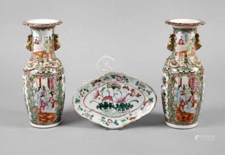 Drei Teile Famille RoseChina, um 1900, ungemarkt, bestehend aus Vasenpaar und Schale,