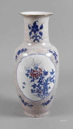 Große Vase China2. Hälfte 20. Jh., am Boden unleserliche Stempelmarke Fung Fong, weiß glasiertes