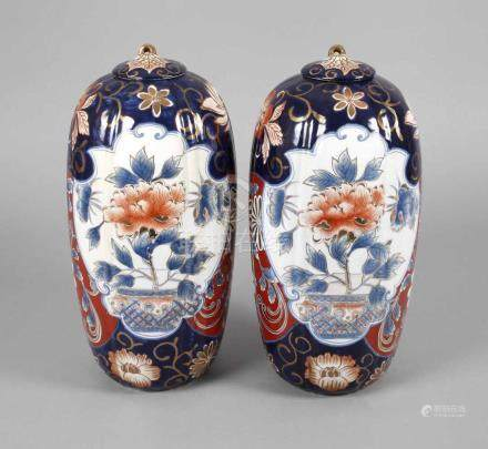 Paar Deckelvasen ImariChina, Mitte 20. Jh., am Boden mit gepinselter Marke, Porzellan in