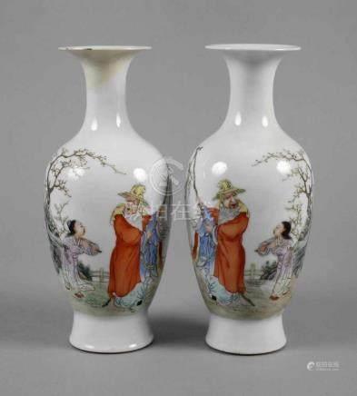 Paar Vasen ChinaAnfang 20. Jh., am Boden gepinselte Vier-Zeichen-Marke, weiß glasiertes Porzellan in