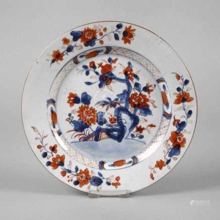 Teller Imari19. Jh., ungemarkt, Porzellan in kobaltblauer Unter- und korallfarbener