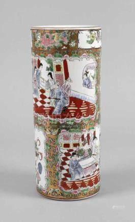 Vase Famille RoseChina, Mitte 20. Jh., am Boden undeutlich gemarkt, Porzellan in polychromer