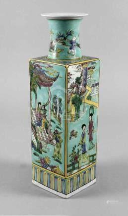 Bodenvase ChinaEnde 19. Jh., am Boden mit Sechs-Zeichen-Kangxi-Marke, weiß glasiertes Porzellan in