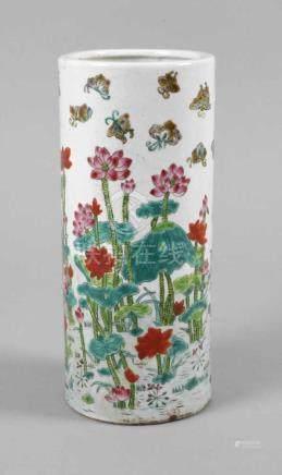 Vase Famille RoseChina, 1920er Jahre, am Boden gemarkt, Porzellan in polychromer Emailbemalung,