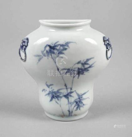 WandvaseChina, 19. Jh., späte Qing-Dynastie, ungemarkt, hell glasiertes Porzellan in kobaltblauer