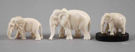Drei Elfenbein SchnitzereienAnfang 20. Jh., ungemarkt, drei vollplastisch gearbeitete Dickhäuter,