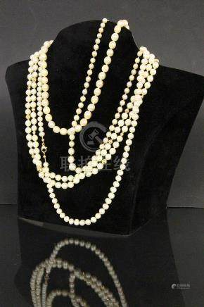 A LOT OF 4 PEARL NECKLACES 3 clasps 585/000