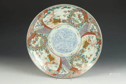 JAPANESE IMARI PORCELAIN CHARGER. - D: 16 in.